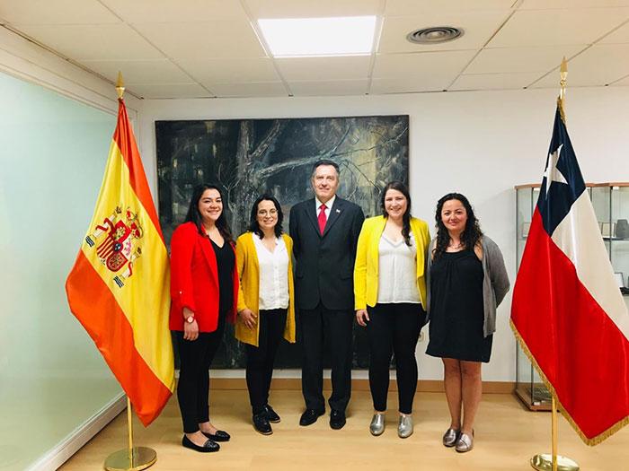FUNCIONARIAS MUNICIPALES SE REÚNEN CON MINISTRO Y SECRETARIO DE LA EMBAJADA EN ESPAÑA