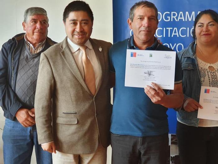 """VECINOS DE CAYUCUPIL RECIBEN CERTIFICACIÓN DE """"CAPACITACIÓN Y APOYO A REGANTES DEL CANAL CAYUCUPIL"""""""