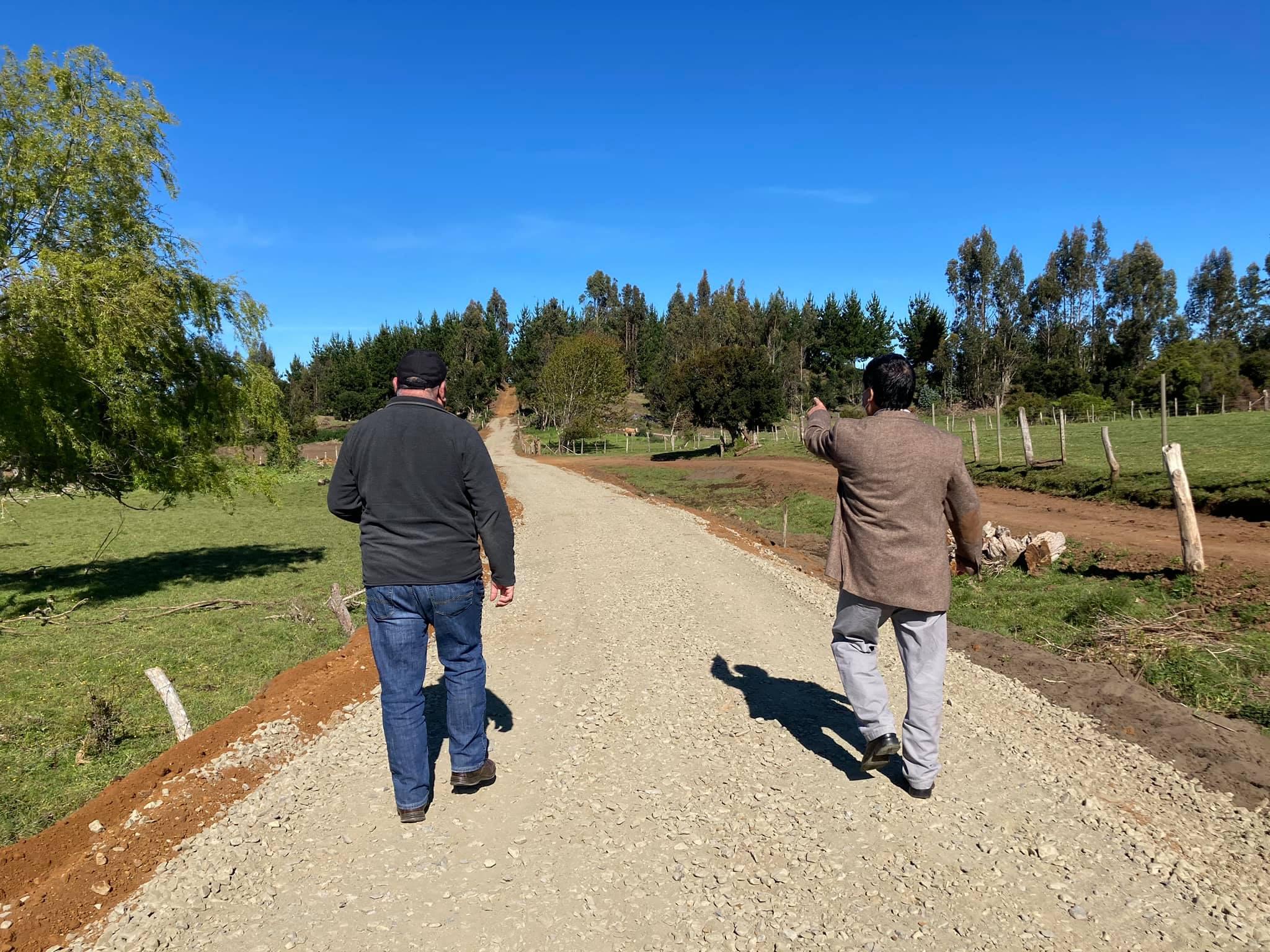 ALCALDE RADONICH VISITA OBRAS DE REPARACIÓN DE CAMINO EN LLONCAO