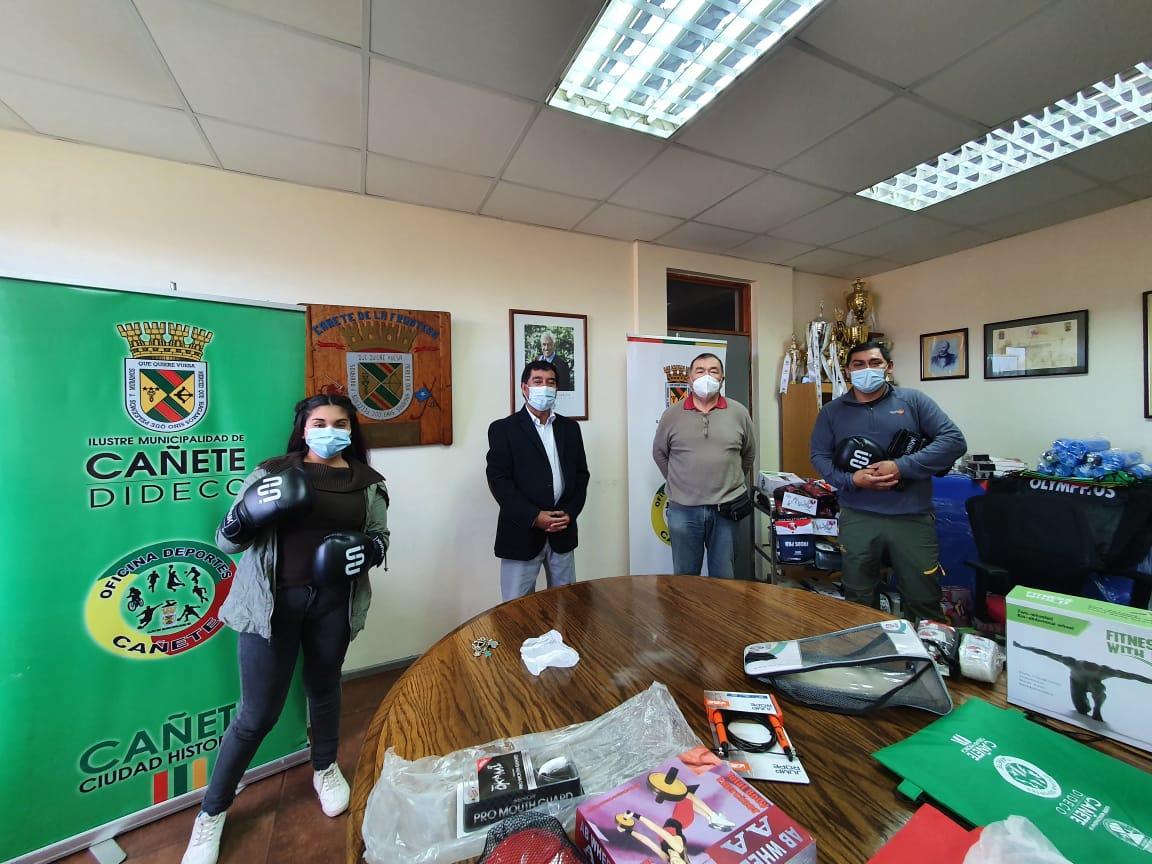 ENTREGAN IMPLEMENTOS DEPORTIVOS A CLUB DE BOXEO TUCAPEL
