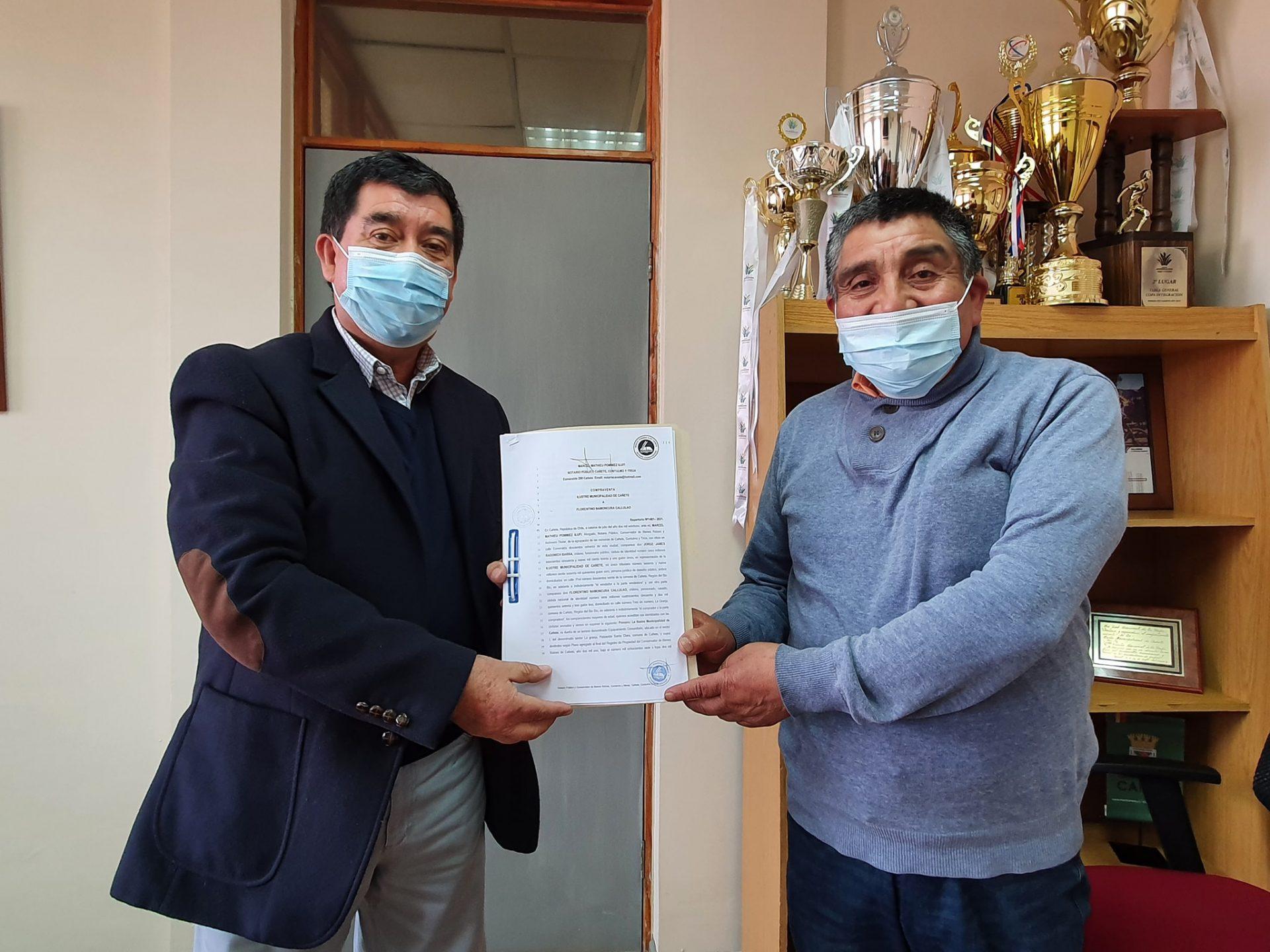 Cañetino recibe su título de dominio por parte del Alcalde Radonich